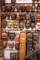 houten maskers te koop in Kathmandu. foto