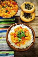 rijst met kerrie kikkererwten met groenten en arabisch plat brood met kruiden foto
