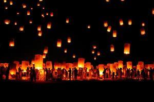 ongegronde loy krathong en yi peng lantaarnfestival, in thailand foto