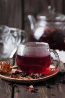 rode hete thee op de houten tafel foto
