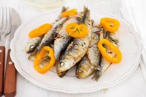 sardines met peper op de witte plaat foto