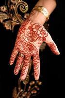 prachtige henna, mehendi aan de kant van de bruid foto