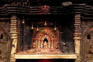 bronzen godin bij hindoetempel in nepal.