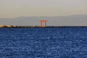 Japanse toriipoort in het water foto