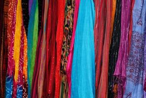kleurrijke zijden sjaals foto