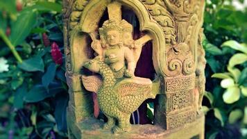 deel van beeldhouwkunst in de tempel tuin foto