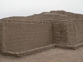 huaca pucllana piramide in lima foto