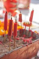 brandende kaars in pot op Chinees heiligdom. foto