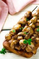 champignons een grill op spiesjes foto