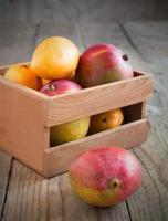 verse mango in houten kist foto
