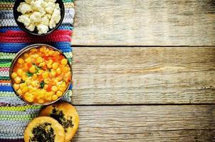 curry kikkererwten met groenten en arabisch plat brood foto
