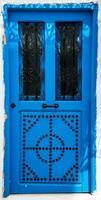 blauwe deur met ornament als symbool van sidi bou zei foto