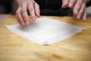 loempia's maken, commerciële keuken foto