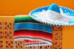charro mariachi blauwe mexicaanse hoed serape poncho foto