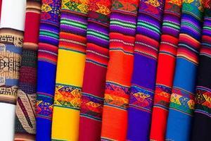 kleurrijke stof op de markt in peru, Zuid-Amerika foto