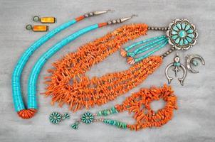 turkoois, takkoraal en zilver, indiaanse sieraden. foto