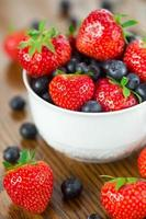 kom aardbeien en bosbessen foto