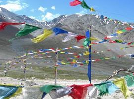 gebedsvlaggen in de Himalaya, india foto