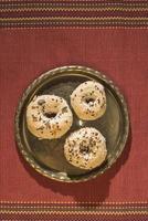 bagels op een vintage tafel foto