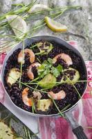 zwarte rijst met garnalen en courgette foto
