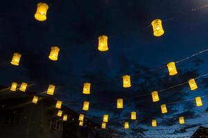 kleurrijke lamp en blauwe hemelachtergrond foto