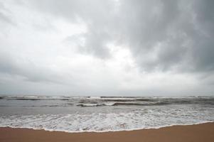 bewolkt strand foto