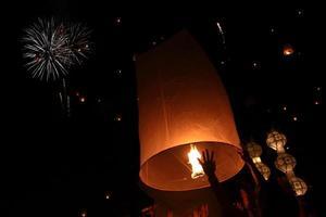 vliegende lantaarn yeepeng festival foto
