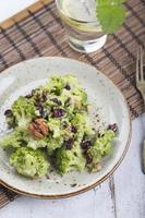 vegan salade met broccoli, walnoot en gedroogde kersen