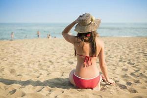 vrouw op het strand van de zomer foto