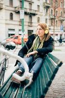 jonge mooie hipster sportieve blonde vrouw foto