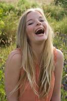 tienermeisje lachen buitenshuis foto
