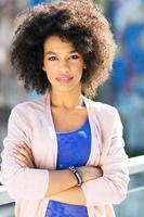 aantrekkelijke Afro-Amerikaanse vrouw buitenshuis foto