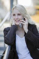 jonge vrouw met behulp van mobiele telefoon, lachend, portret foto