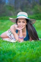 jong meisje leesboek in park foto