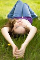 jonge brunette tiener meisje glimlachen op weide foto