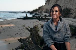 brunette op Zeekust in de herfst foto
