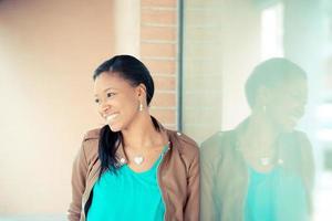 mooie Afrikaanse jonge vrouw foto