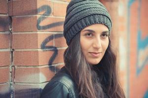 jonge mooie brunette vrouw foto