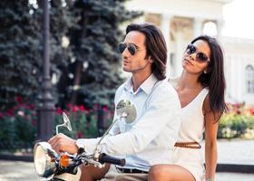 portret van een mooi paar op scooter foto