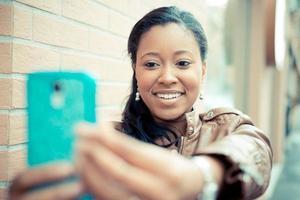 mooie Afrikaanse jonge vrouw selfie