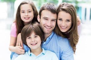 gelukkig gezin buitenshuis