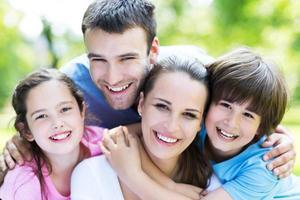 portret van een gelukkig gezin buitenshuis