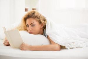 lezen in bed foto