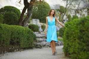 vrouw in groen park foto
