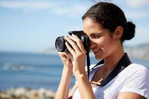 vrouw die foto's van de oceaan neemt foto