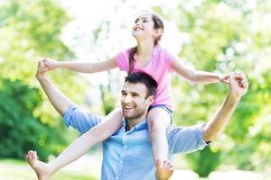 vader geeft zijn dochter een ritje op de rug