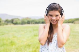 mooie brunette die aan muziek luistert foto