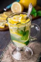 glas met munt en citroenthee foto