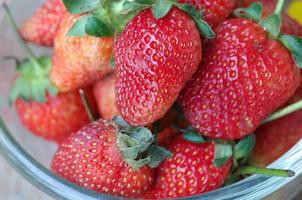aardbeien in een kom foto