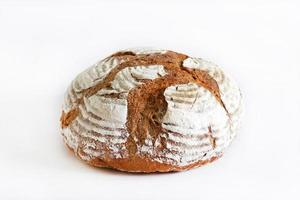 rogge artisanale rustieke brood geïsoleerd op een witte achtergrond foto